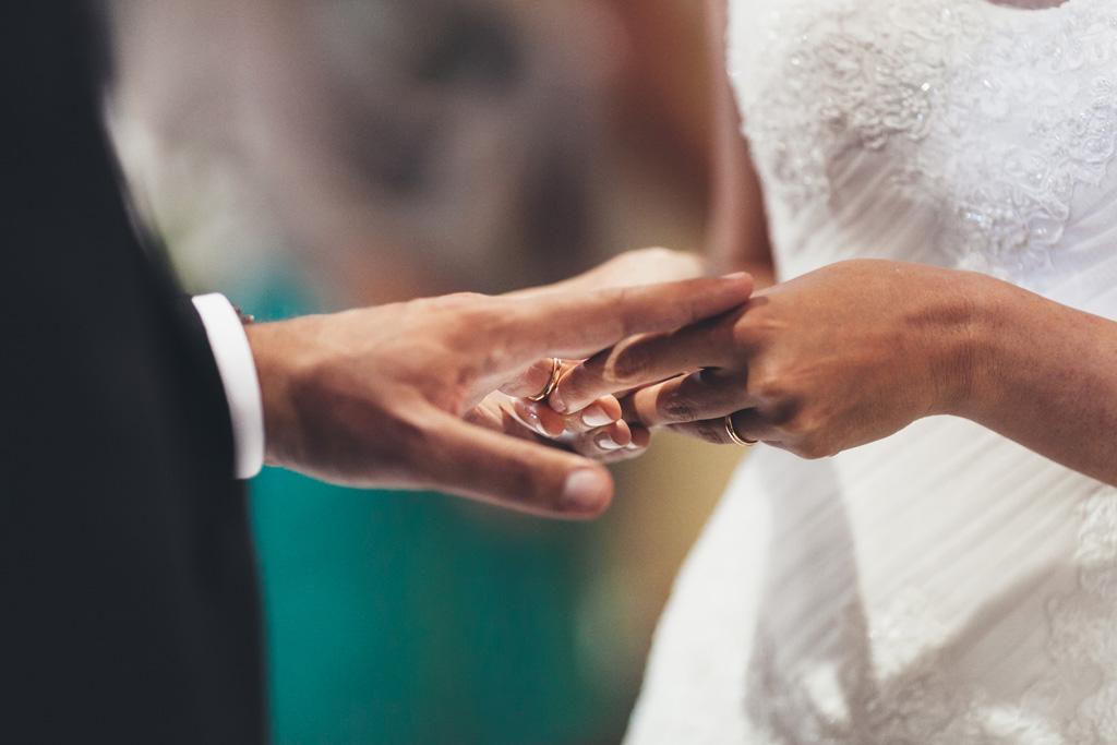 Silvia indossa l'anello a Federico in uno scatto di Alessandro Della Savia, fotografo di matrimoni presso Milano