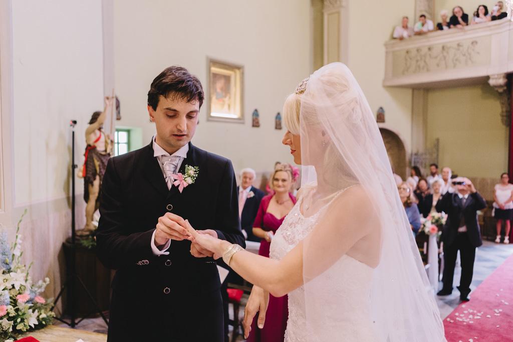 Danilo indossa la fede nunziale alla sposa