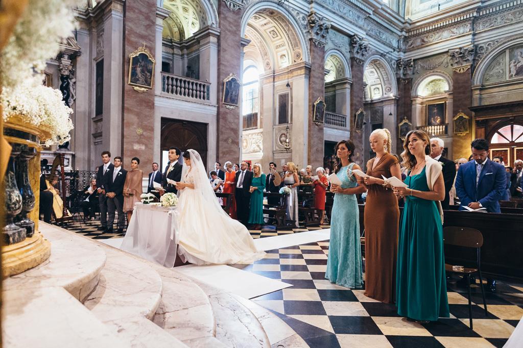 Una panoramica dello svolgimento delle nozze che si svolgono in una chiesa a Bergamo