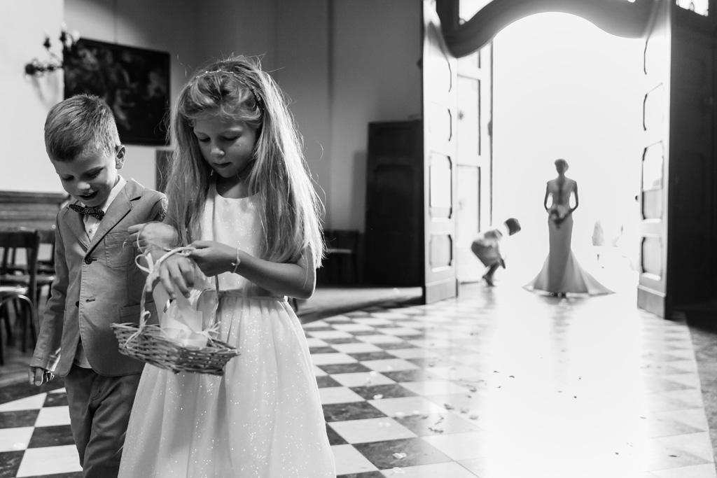 Due bambini custodiscono le fedi nunziali di Tony e Ayesha