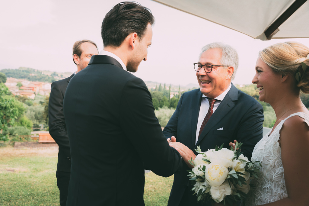 Il padre stringe la mano dello sposo