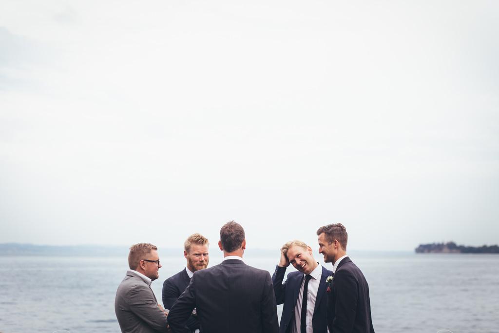 Gli ospiti chiacchierano con la splendida cornice del Lago di Garda
