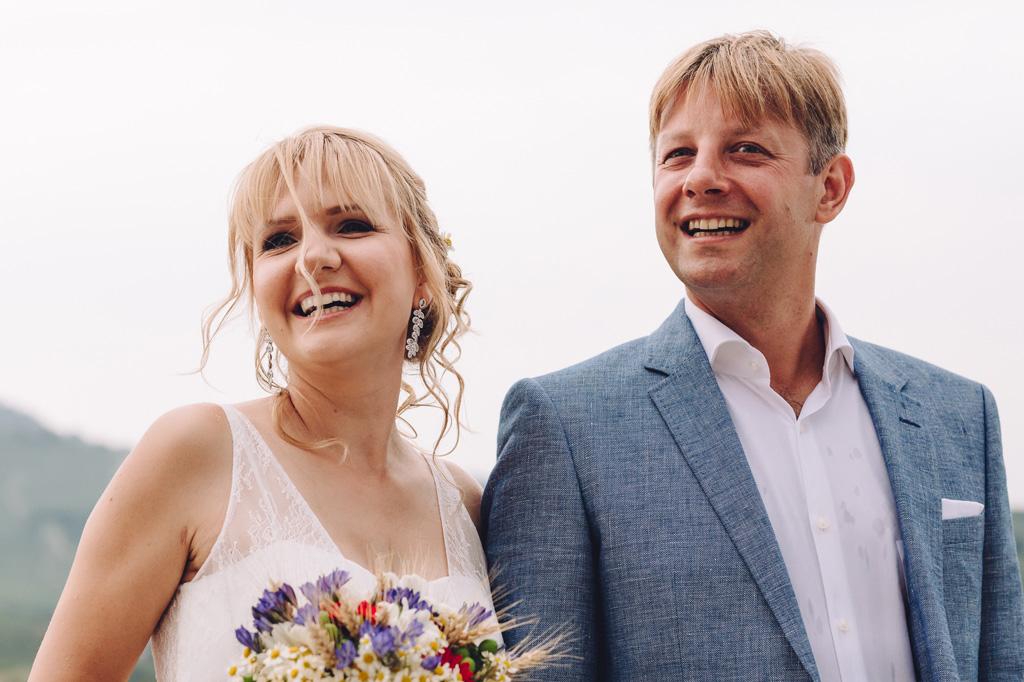 La sposa e lo sposo sorridono raggianti