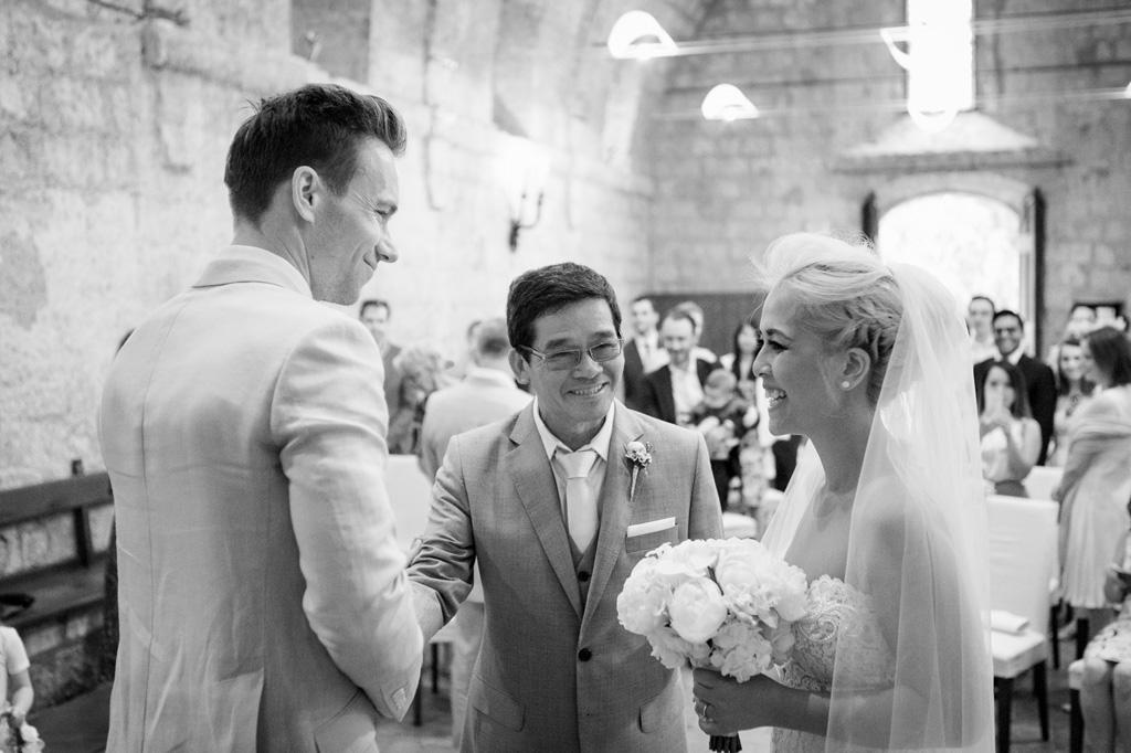 Il padre cede al mano di sua figlia allo sposo