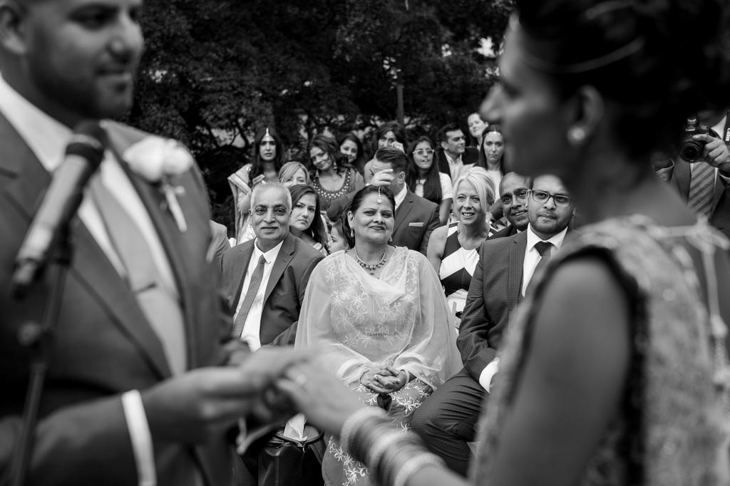 la madre dello sposo osserva attentamente gli sposi