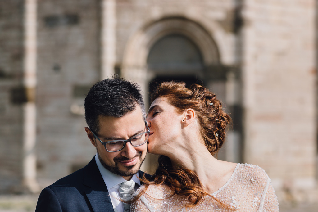 Arianna bacia morbidamente lo sposo