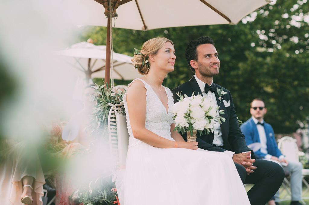 Till e Emily assistono alla cerimonia di matrimonio con un sorriso rassicurante