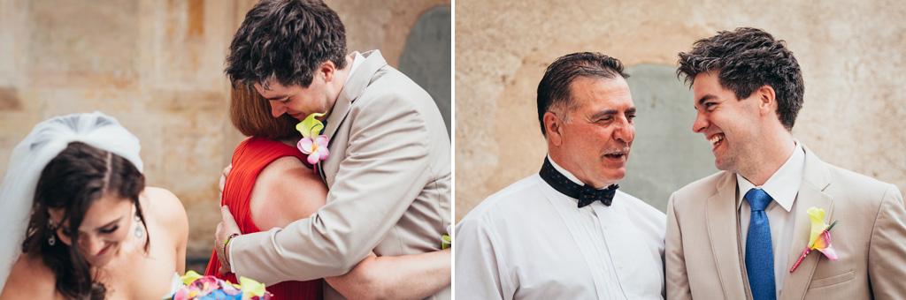 Lo sposo abbraccia amici e parenti dopo la celebrazione del matrimonio
