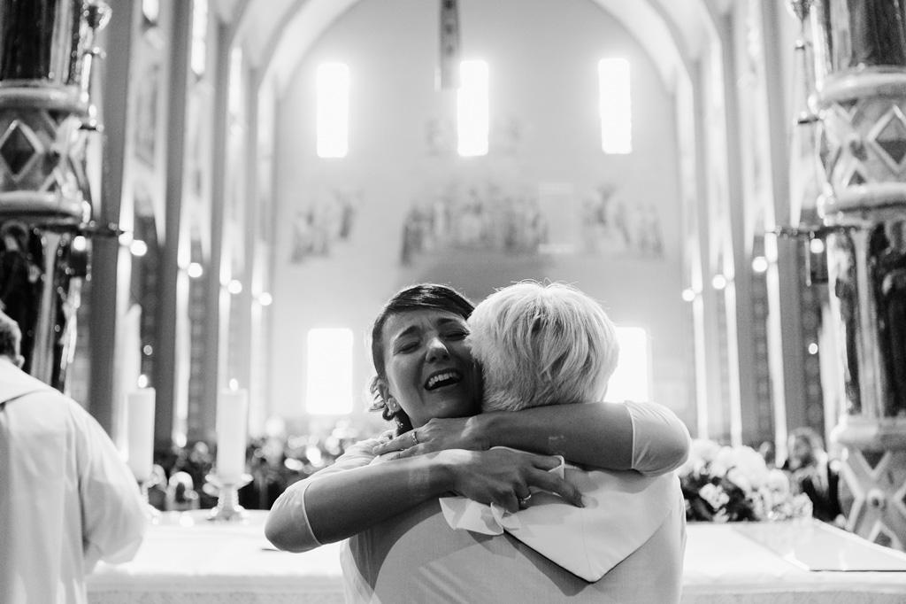 La sposa abbraccia la madre durante la cerimonia del matrimonio che il fotografo Alessandro Della Savia ha immortalato