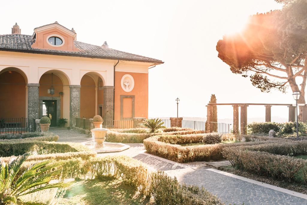 Una panoramica di Villa del Cardinale sul Lago di Castel Gandolfo presso Roma