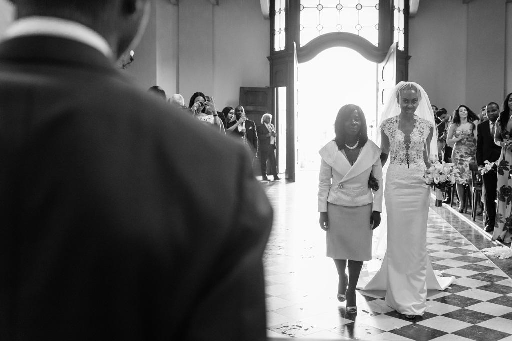 La sposa Ayesha e la madre si avvicinano allo sposo