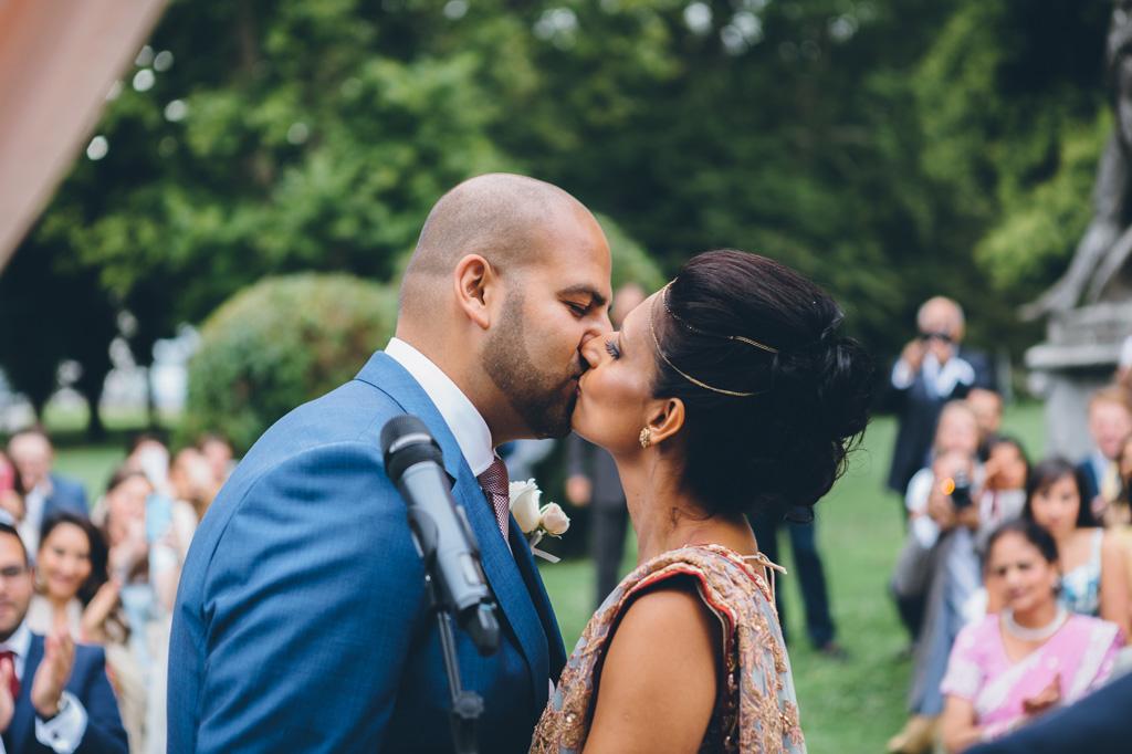 I due sposi si baciano dolcemente dopo la promessa di matrimonio
