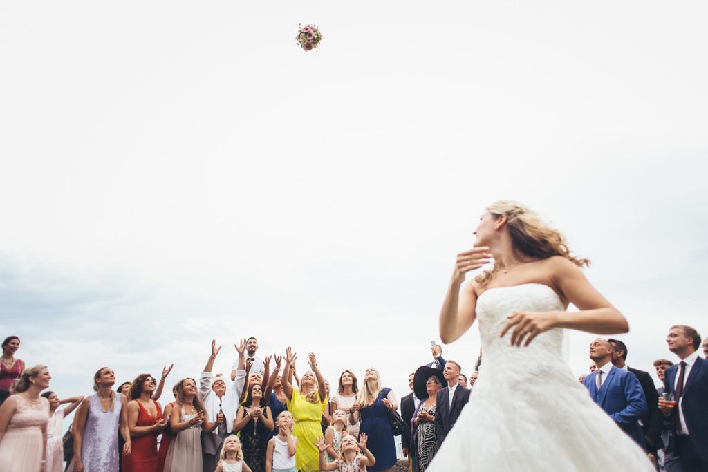 La sposa Kathrin lancia il bouquet agli invitati