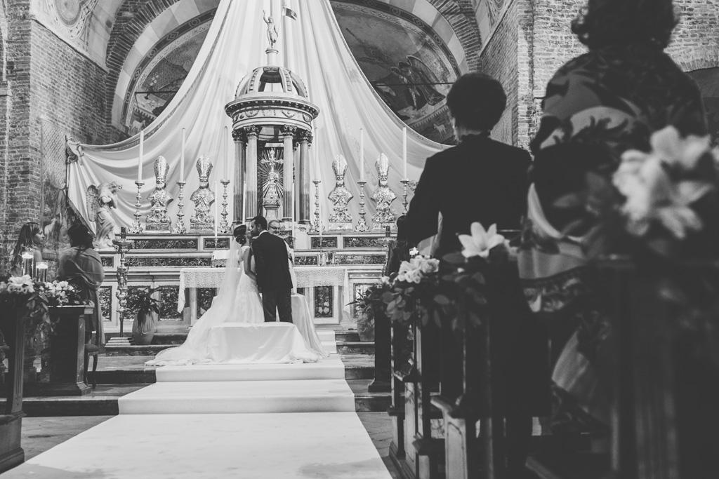 I due sposi, Federico e Silvia, si baciano durante la cerimonia di matrimonio