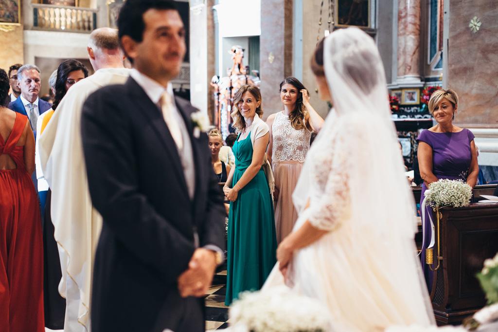 Le damigelle lanciano un sorriso rassicurante alla sposa durante la cerimonia di matrimonio