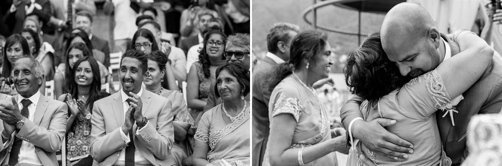 Gli ospiti applaudono fragorosamente i due sposi finalmente congiunti dal matrimonio