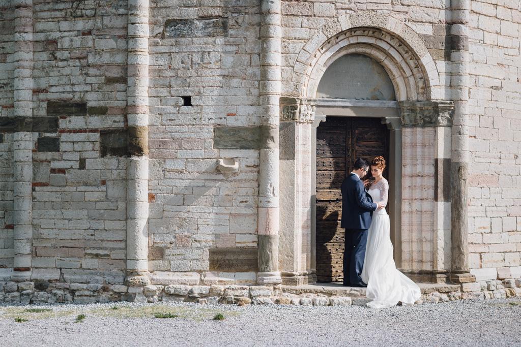 Andrea e Arianna posano nei pressi di una piccola chiesa