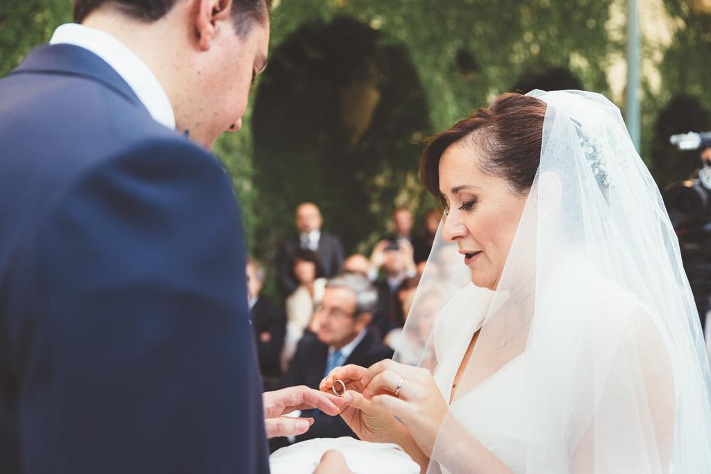 Daniela indossa la fede Nunziale allo sposo in una foto di Alessandro Della Savia