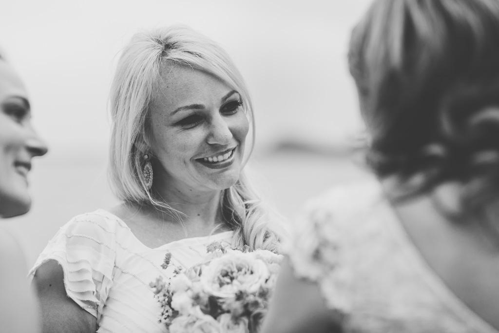 Il sorriso della damigella che ha conquistato il bouquet