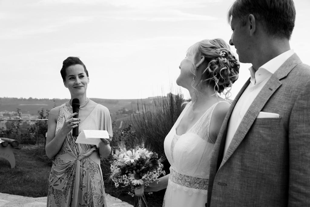 La sposa osserva compiaciuta una damigella mentre legge una dedica