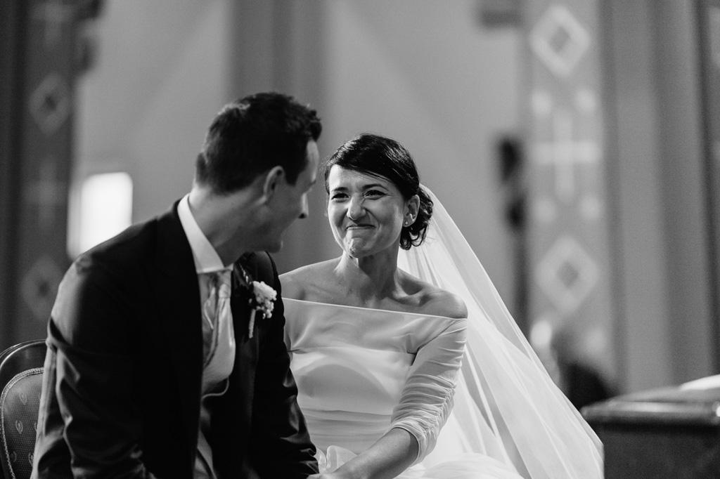 La sposa sorride allo sposo in un momento rubato da Alessandro Della Savia