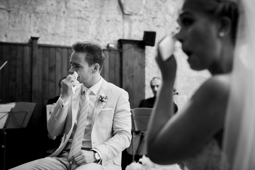 Gli sposi si asciugano le lacrime durante il matrimonio