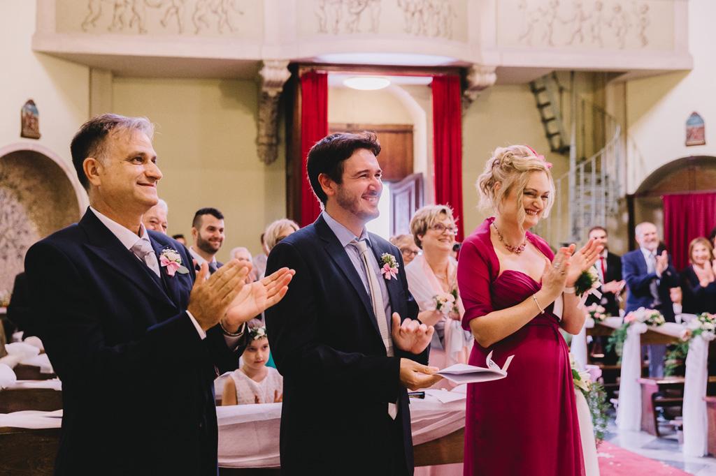 Gli ospiti applaudono i due sposi durante la cerimonia