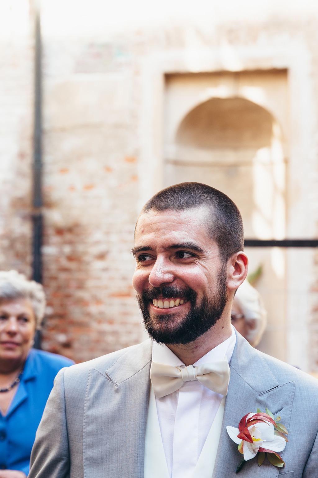 Lo sposo ha un sorriso smagliante dopo la conclusione della cerimonia