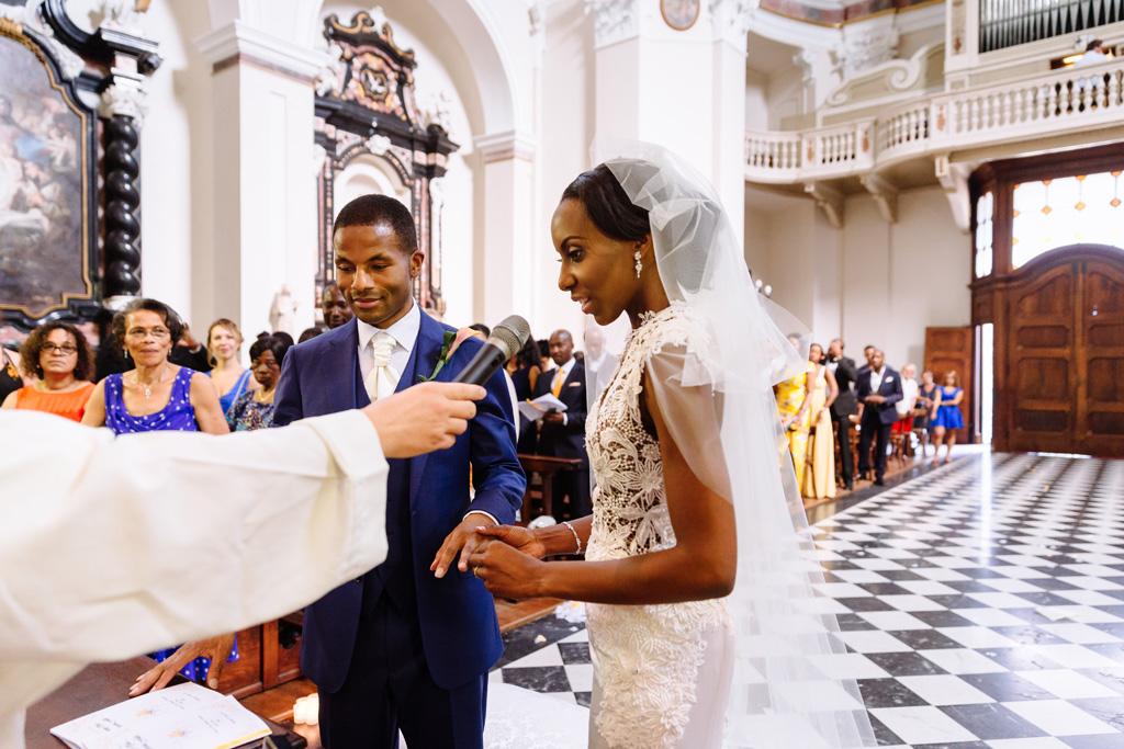 Ayesha pronuncia una dedica allo sposo durante la cerimonia di matrimonio