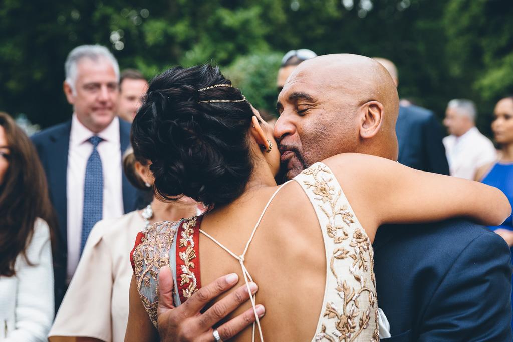 La sposa abbraccia e bacia gli invitati