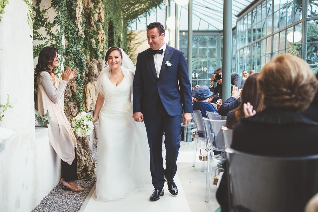 I due sposi attraversano il corridoio mano nella mano