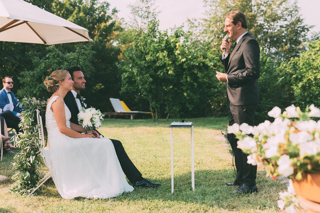 L'ufficiale di stato civile legge le promesse degli sposi