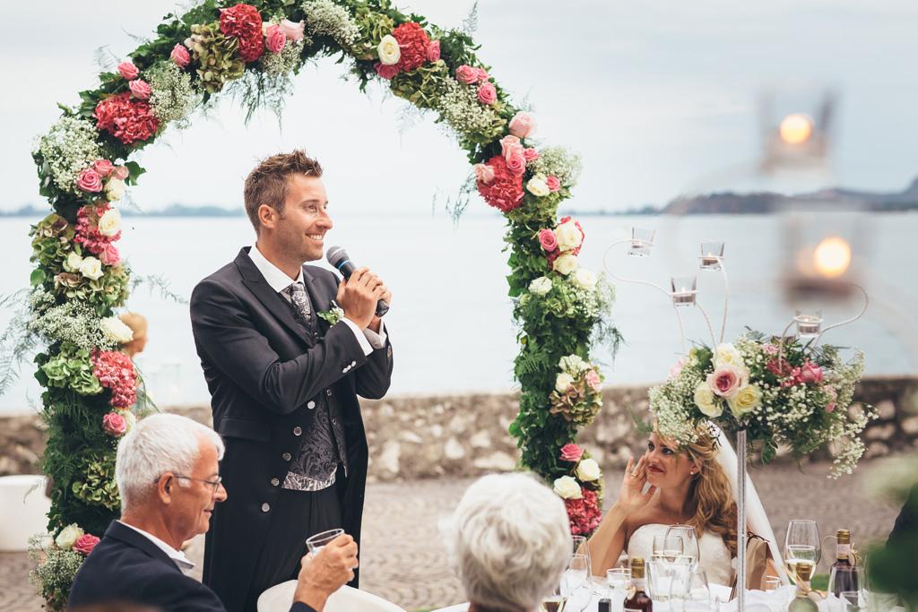 Lo sposo Martin enuncia una dedica in favore della sposa e parole di ringraziamento per gli ospiti
