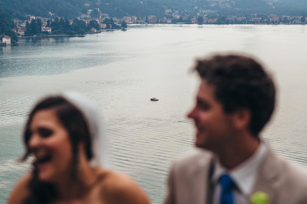 Una barca attraversa il lago di Lugano dietro gli sposi