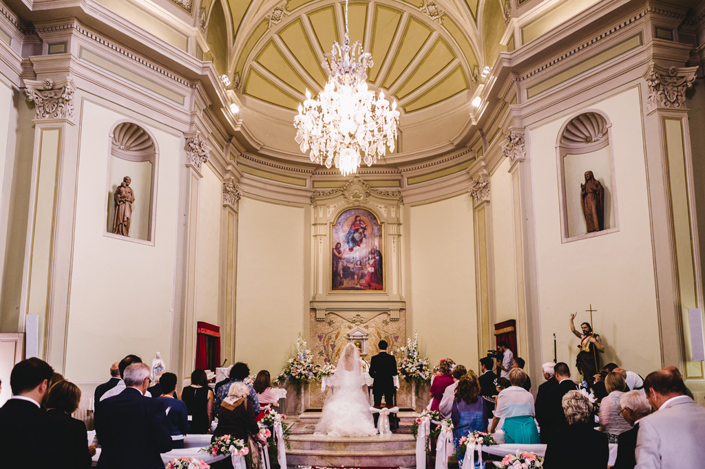 Una panoramica della cerimonia di matrimonio svolta in una chiesa sanremese