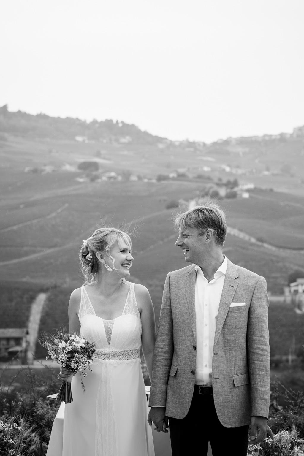 La sposa è in compagnia dello sposo sullo sfondo affascinante paesaggio campestre