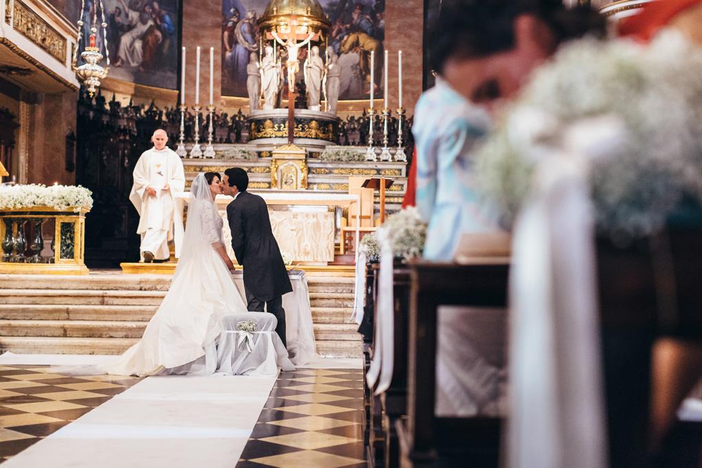 Gli sposi si baciano teneramente alla fine della cerimonia di matrimonio