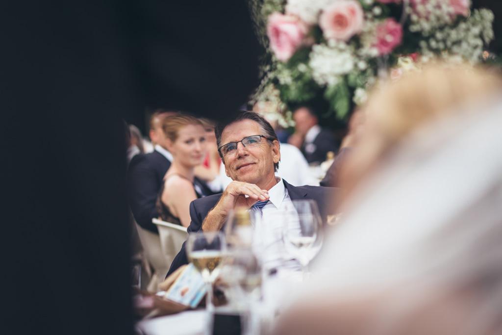 Gli ospiti osservano attentamente lo sposo