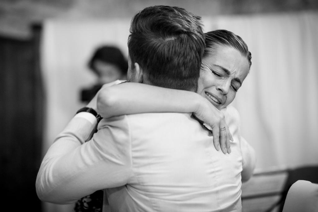 Un'ospite abbraccia commossa lo sposo