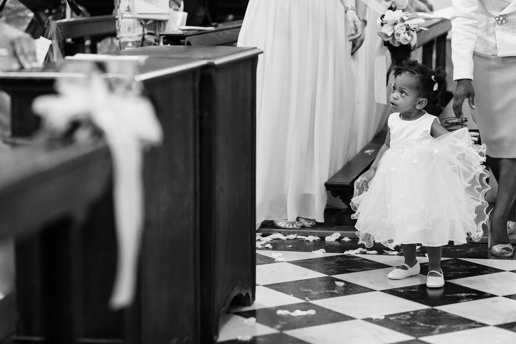 Una bambina osserva attentamente i due sposi