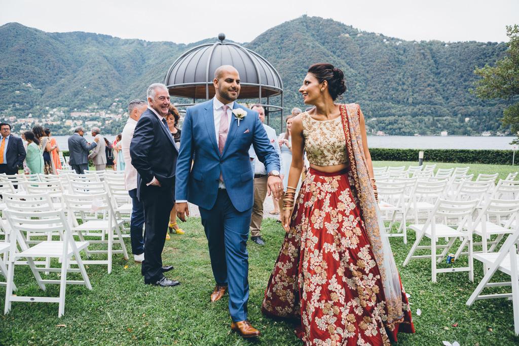 I due sposi, Jaspal e Reena, si allontanano mano nella mano con la splendida cornice del lago di Como