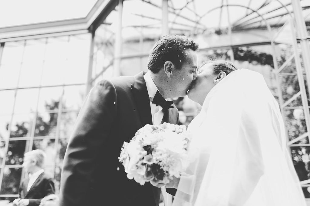 I due sposi si baciano teneramente nel cortile di Villa Grumello