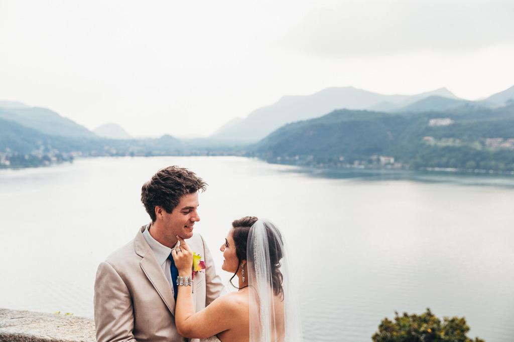 Loreanne gioca con il viso davanti allo splendido scenario del Lago di Lugano