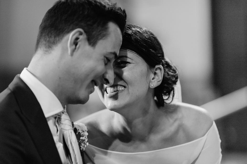 Alice sorride raggiante allo sposo Lorenzo durante la cerimonia di matrimonio