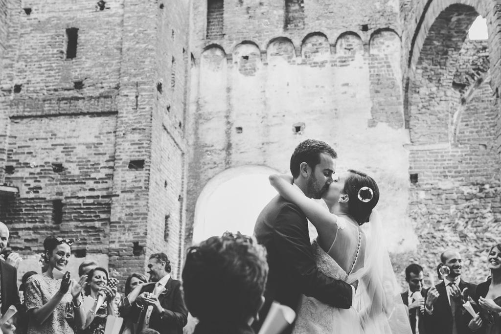 Federico e Silvia si baciano all'uscita della Basilicata