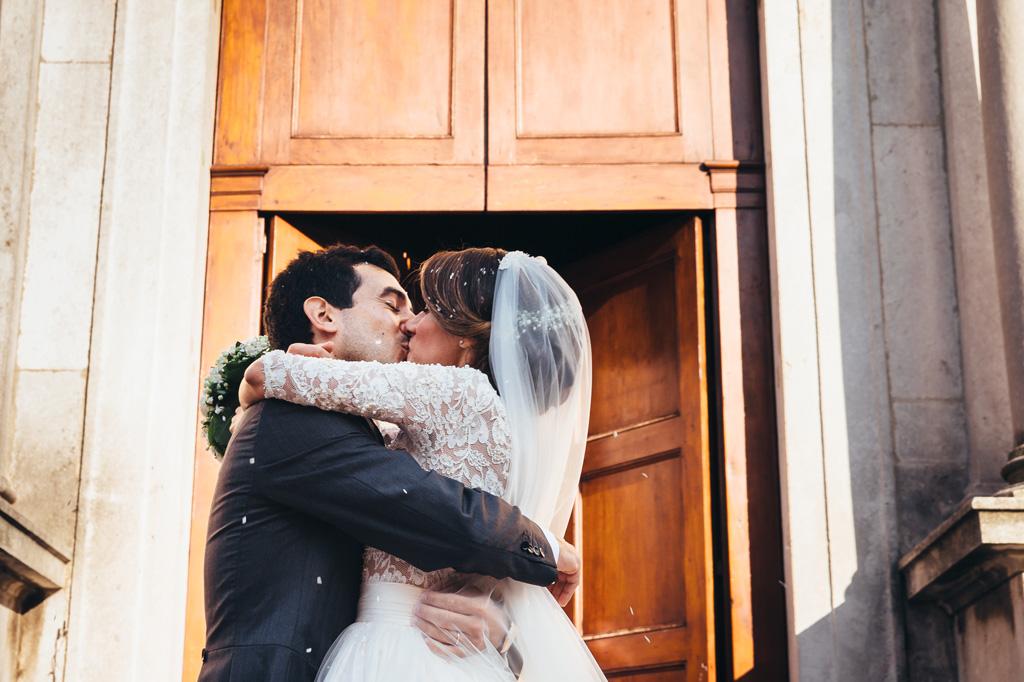 Gli sposi Riccardo e Beatrice si lasciano andare in un bacio appassionato subito dopo la cerimonia di matrimonio