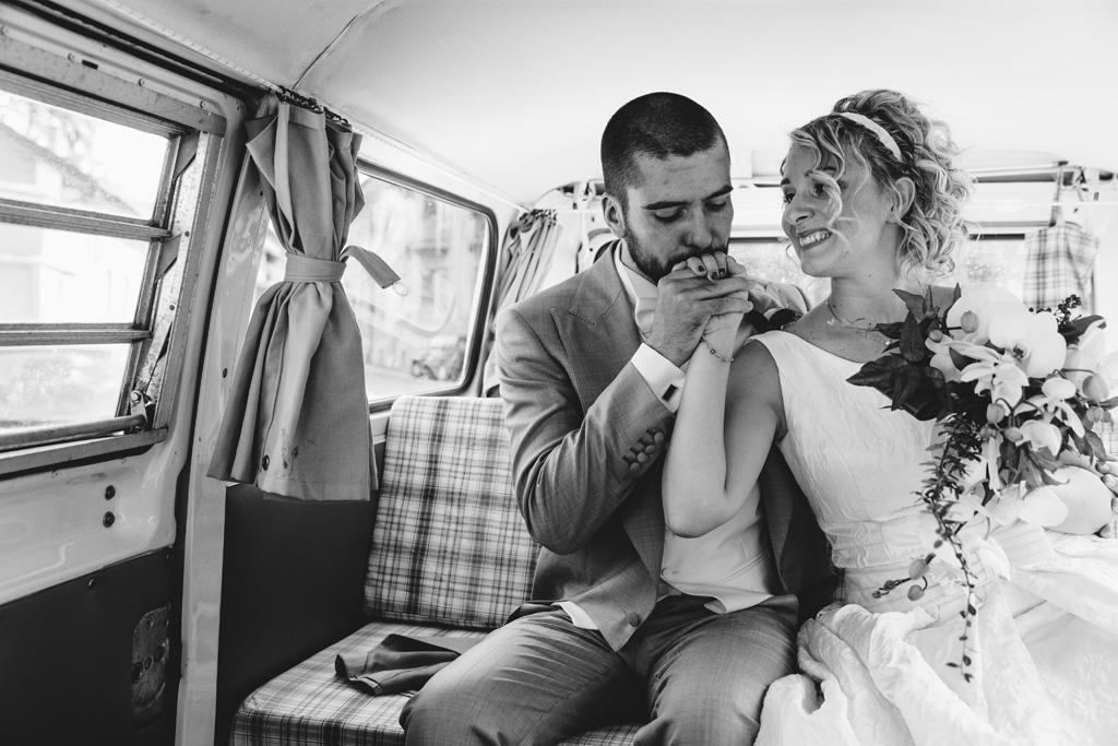 Riccardo bacia la mano di Lidia nel minibus della Volkswagen