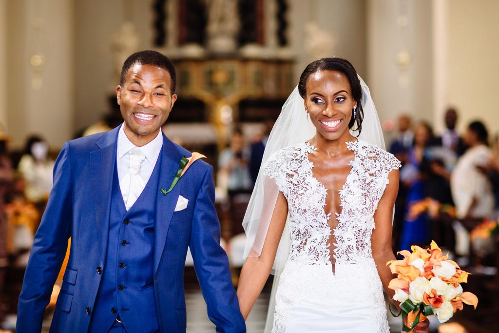 I due sposi, Tony e Ayesha, sorridono raggianti durante la cerimonia di matrimonio