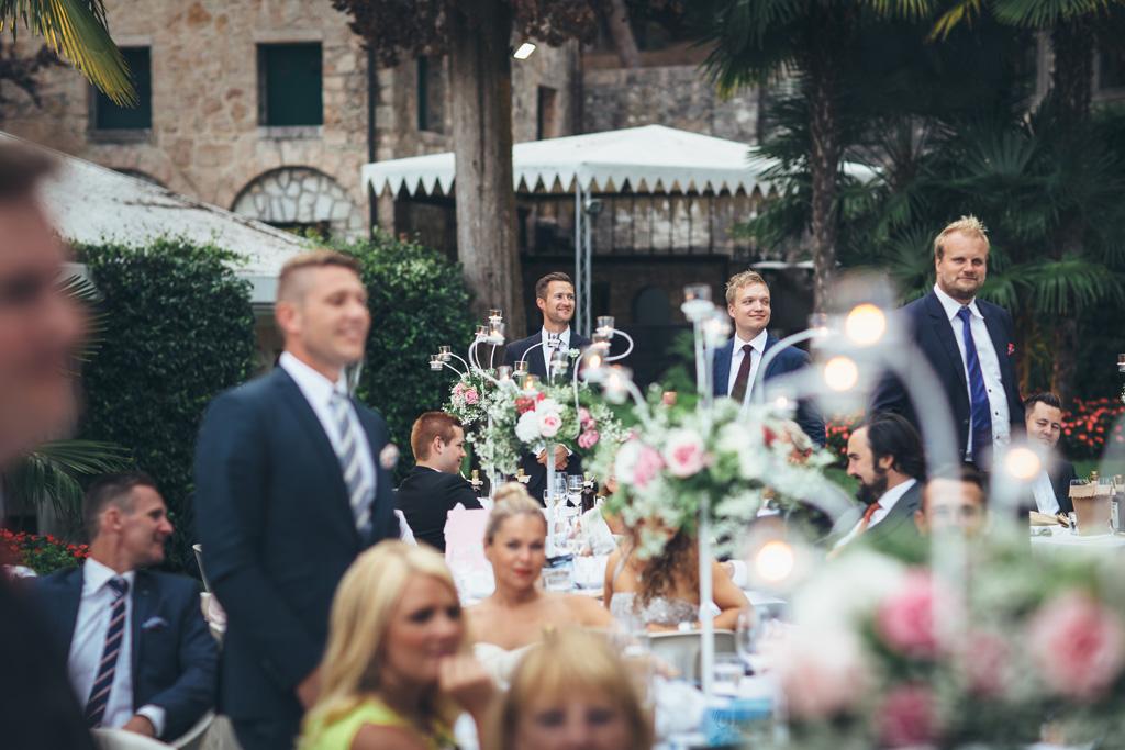 Gli invitati seguono il discorso di Martin durante il ricevimento presso Torre San Marco a Brescia