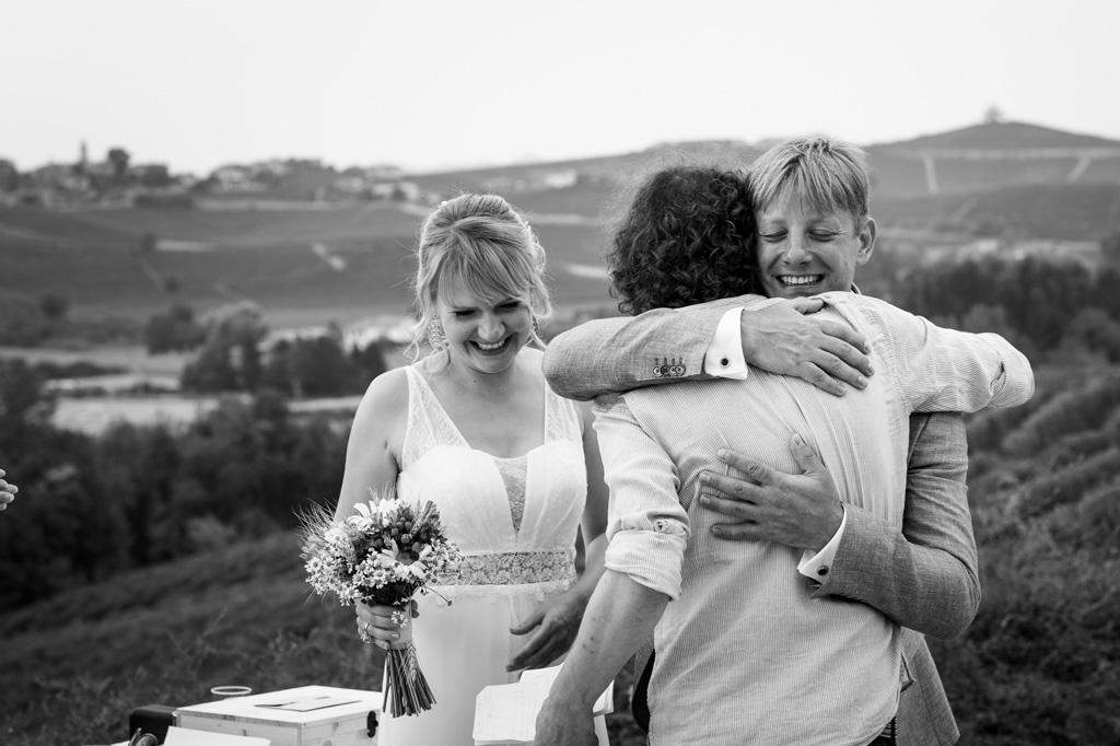 Gli sposi abbracciano un ospite